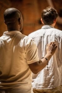 Priester Postulat, junge Brüder beten